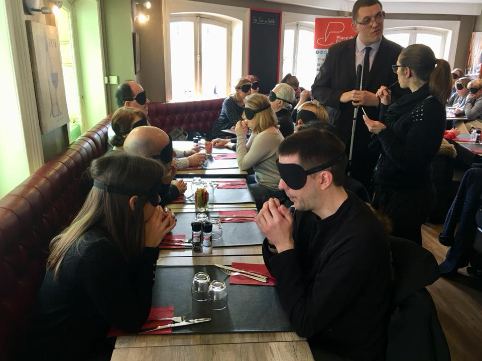 Déjeuner dans le noir… une expérience pour mieux comprendre le handicap.